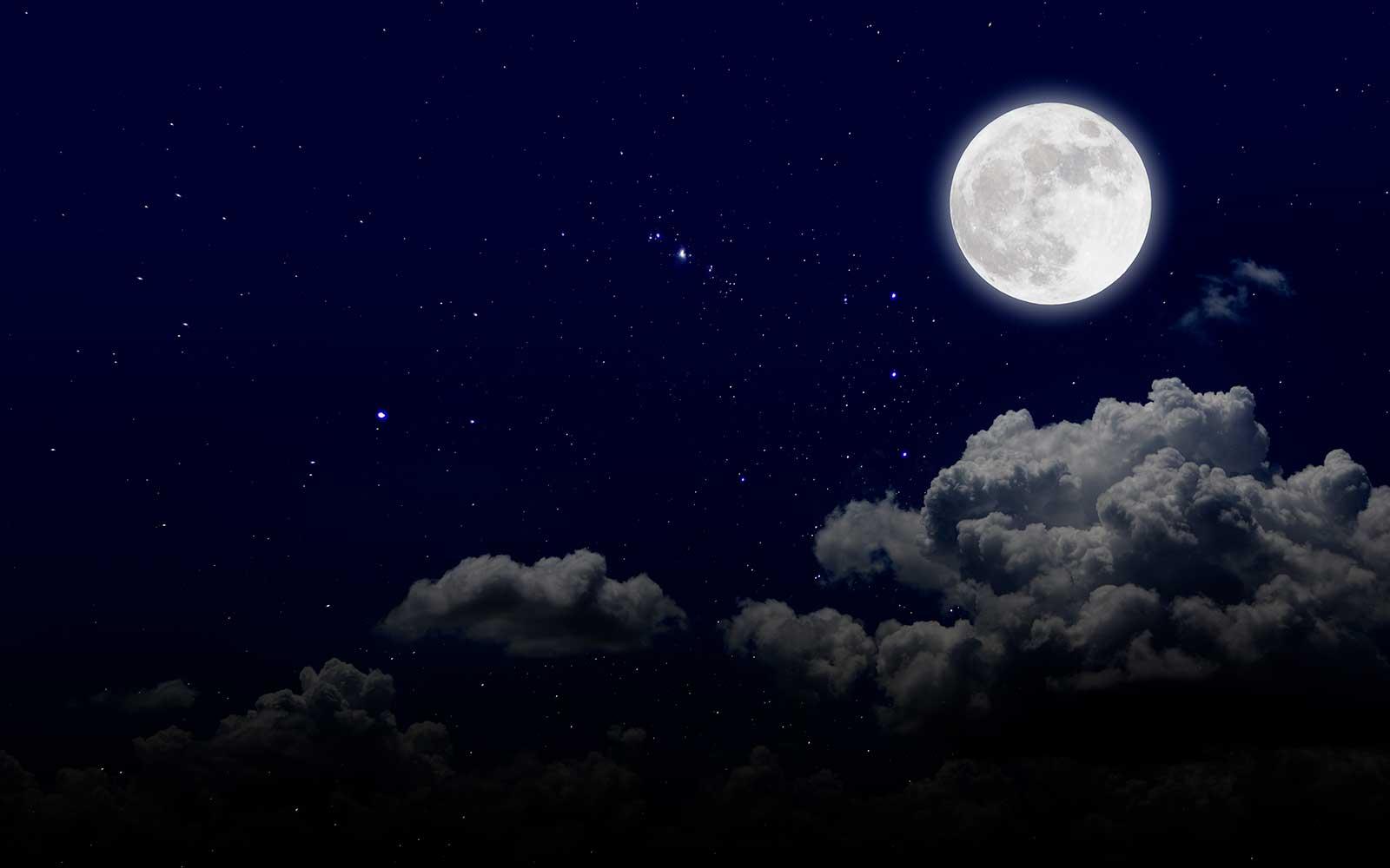 Ciel nocturne avec une pleine lune et des nuages. Institut Emeline Esthétique La Verrie 85