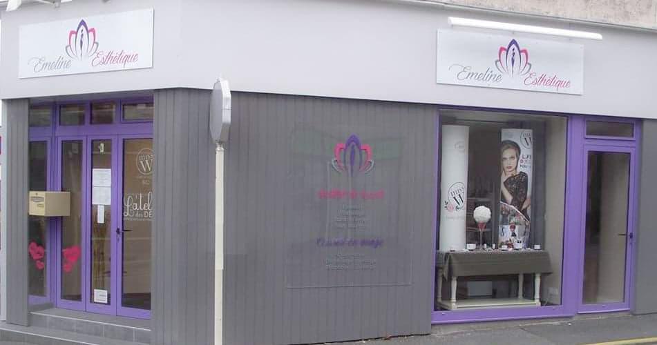 Façade de l'institut de beauté Emeline Esthétique. Couleurs grise et violette. Esthéticienne La Verrie 85130