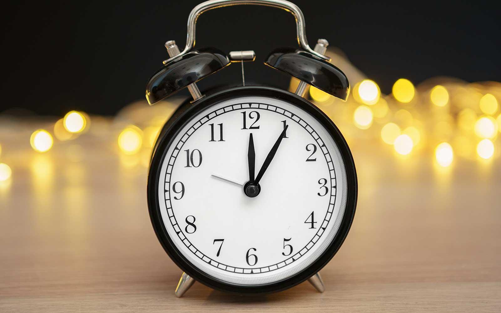 Réveil rétro affiché 12h05 pour ouverture de l'institut le midi. Institut de beauté Emeline Esthétique La Verrie 85