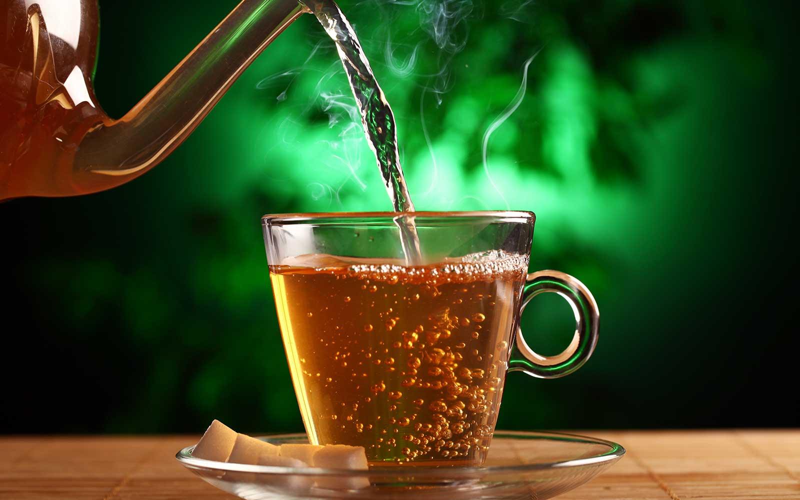 Thé chaud versé dans une tasse pour une boisson offerte à l'institut. Institut de beauté Emeline Esthétique La Verrie 85