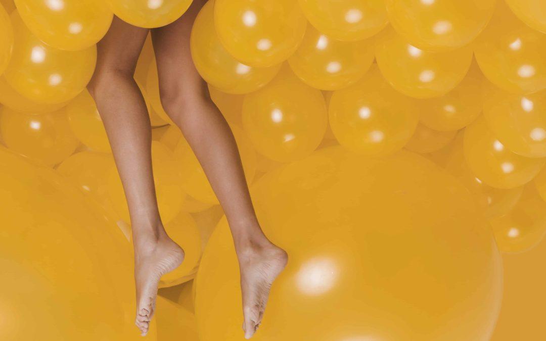 Jambes légères entourées de ballons jaunes, gel fraîcheur jambes légères, Institut Emeline Esthétique 85 La Verrie