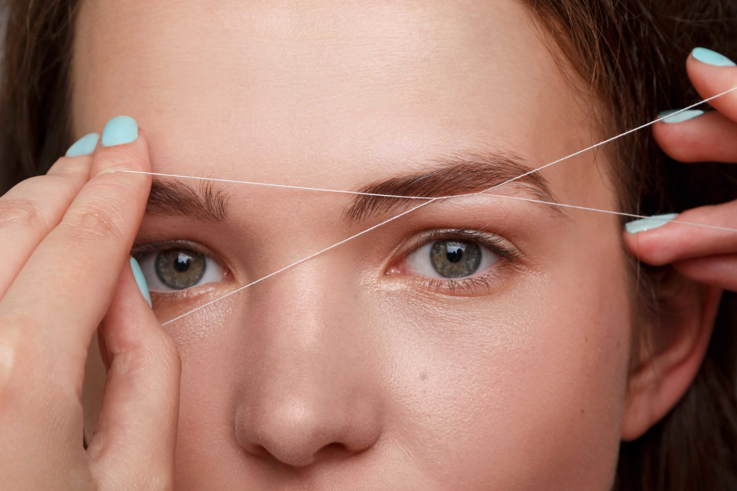Photo d'une épilation des sourcils au fil, esthéticienne, institut de beauté Emeline Esthétique 85130 La Verrie